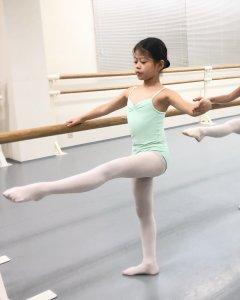 キッズバレエB +|綺麗に伸びた脚